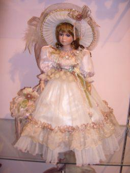 Эту куклу моя сестра очень любила и хотела ее купить.