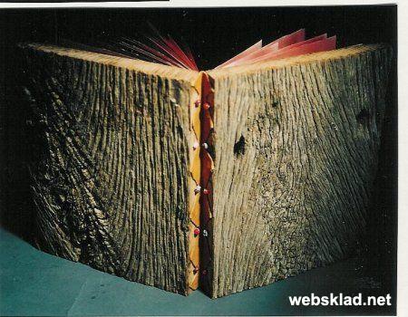 Книга с бордовыми страницами