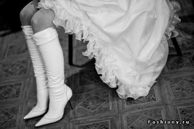 белые сапоги на каблуке.