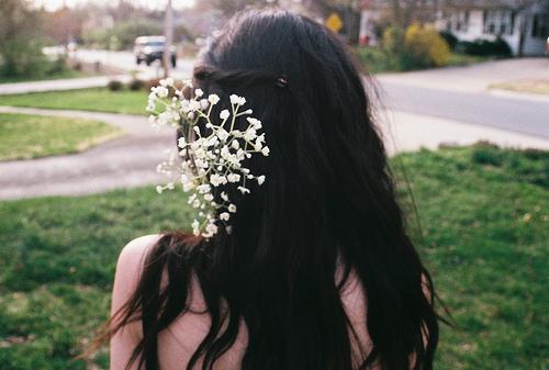 Фото девушек со спины с темными волосами с цветами