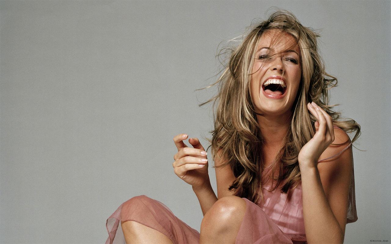 Красивая девушка смеётся фото