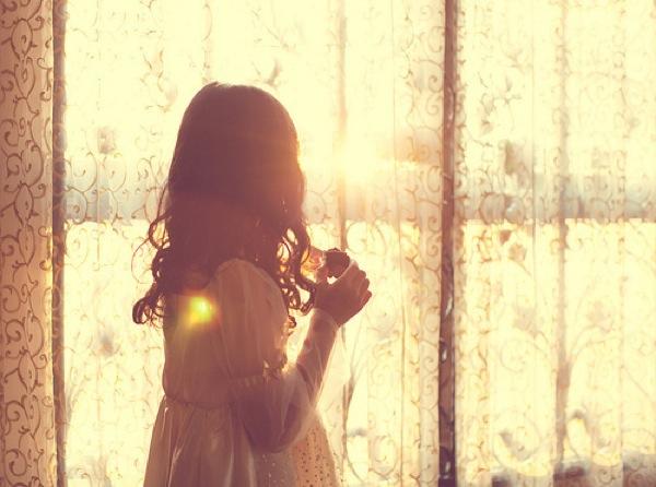 Картинки девушек со спины девушка у окна.