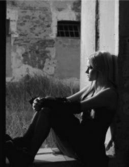 Фото девушки у окна