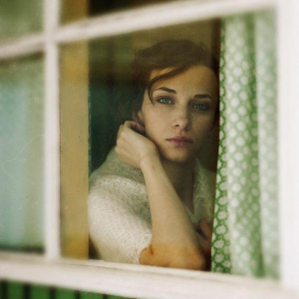 Скачать ждет у окно женщина которая любит