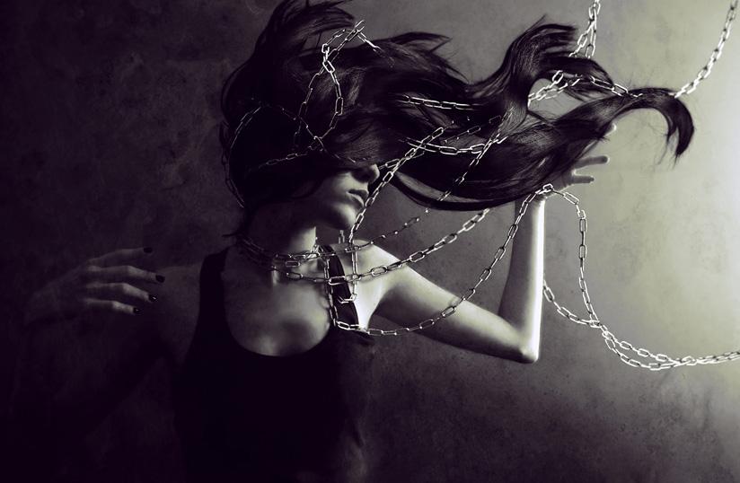 подвешенная девушка цепью по рукам