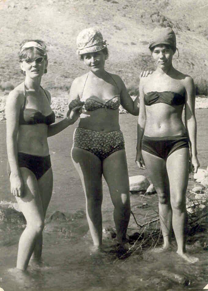 Девочки с большими сиськами и в беленьких трусиках и в коротеньких юбочках
