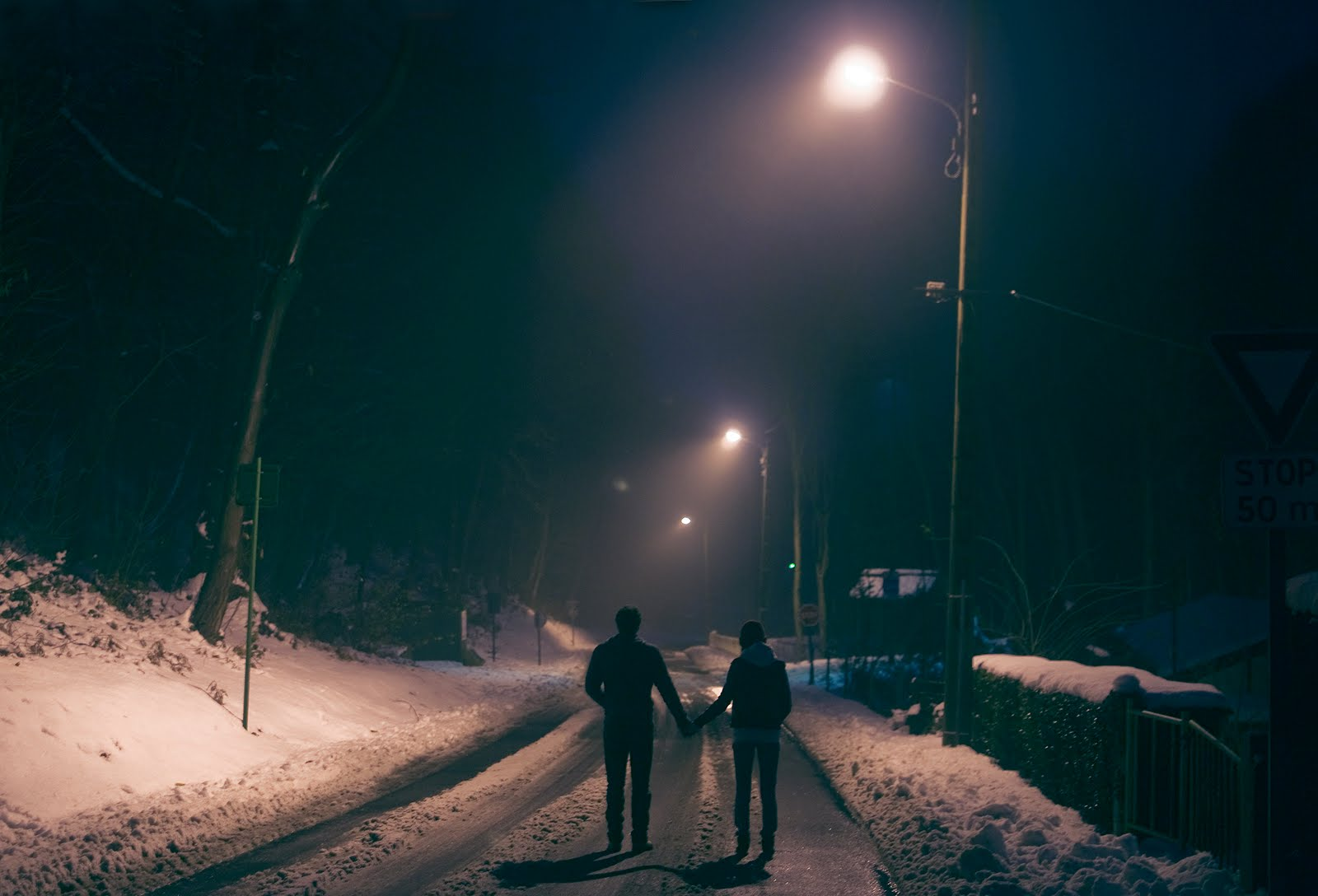 Фото парень гуляет с девушкой вечером