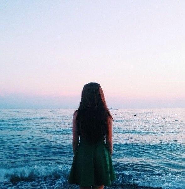 девушка на море со спины фото