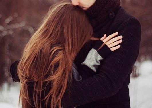 фото парень обнимает девушку со спины