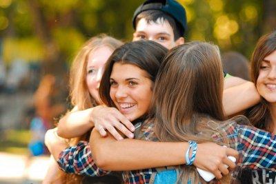 Молодёжь обнимается