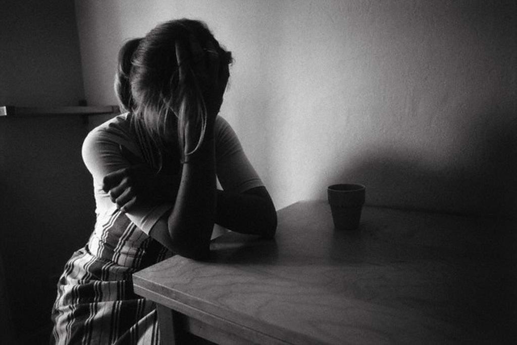 Картинки девушка одна грустит
