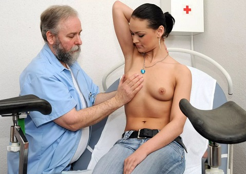 врач трогает девушку отрезав