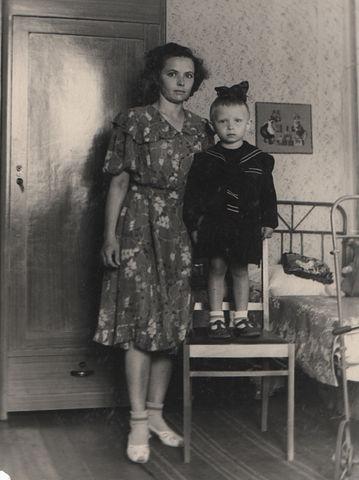 Картинки мамы с малышом на руках со спины