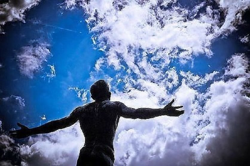 смотрящий в небо фото двух модификациях уфс-э