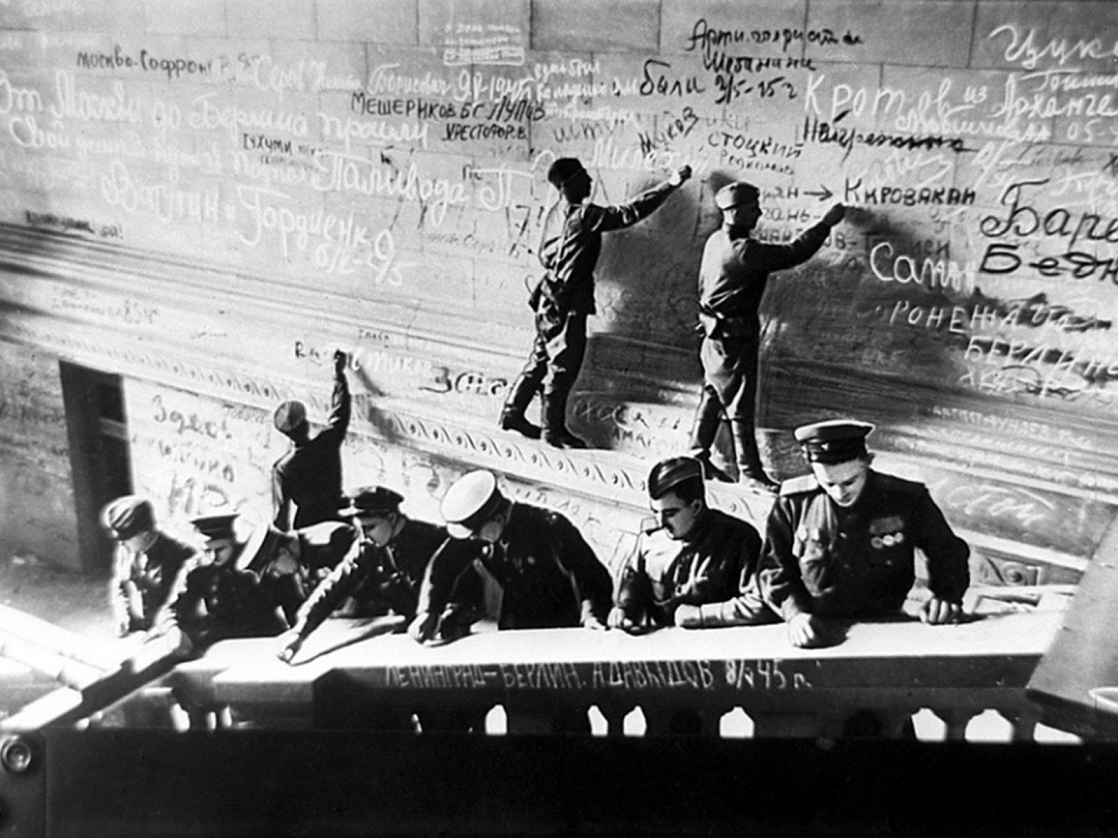Автографы на берлинской стене фото
